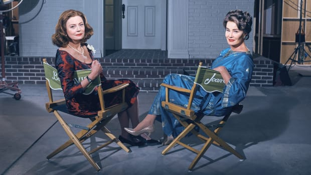 main-feud-susan-sarandon-jessica-lange-chairs