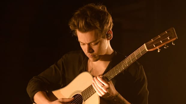 harry-styles-guitar-th