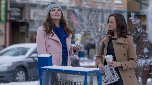 main-gilmore-girls-netflix-lorelai-rory-snow.jpg
