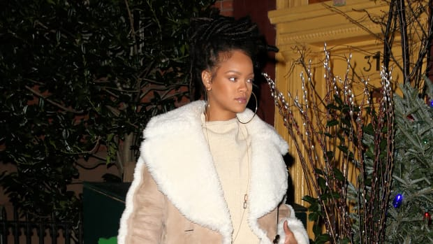 Rihanna wearing a Burberry coat in New York, 6 December 2016.jpg