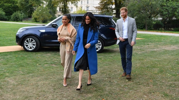 meghan-markle-wore-blue-smythe-coat-new-th-2
