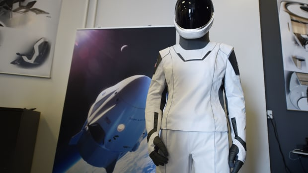 elon-musk-spacex-astronauts-spacesuits