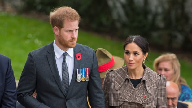 hp-meghan-markle-wore-karen-walker-trench