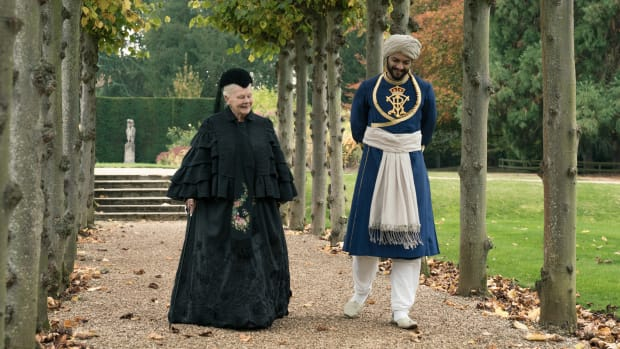 main-victoria-and-abdul-judi-dench-ali-fazal-walking