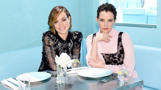 hp-olivia-wilde-riley-keough-tiffany-cafe