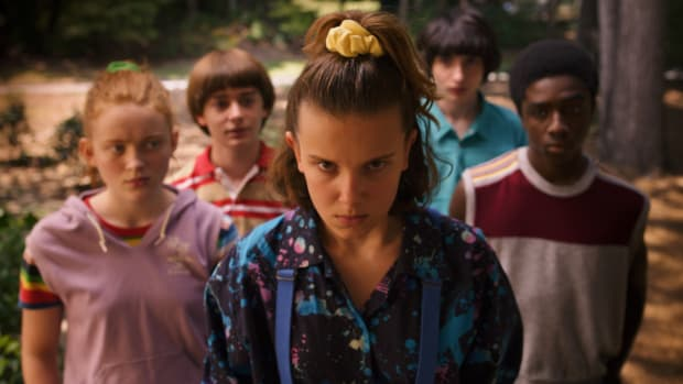 main-netflix-stranger-things-3-max-sadie-sink-eleven-millie-bobby-brown-yellow-scrunchie