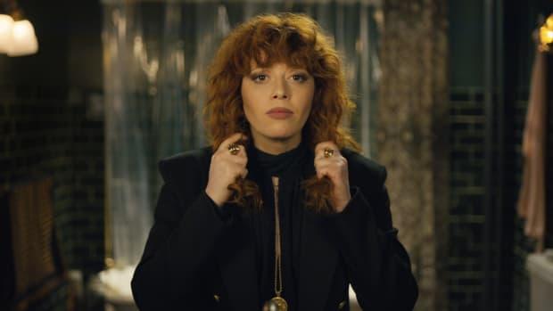 main-netflix-russian-doll-natasha-lyonne-nadia-black-shirt-blazer