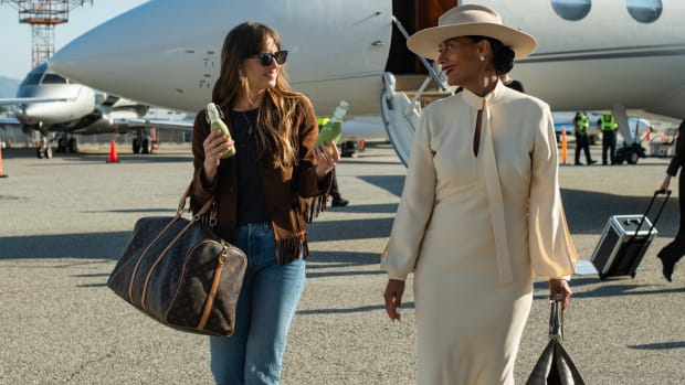 the-high-note-maggie-dakota-johnson-fringed-suede-brown-jacket-tracee-ellis-ross-grace-davis-white-dress-hat (1)