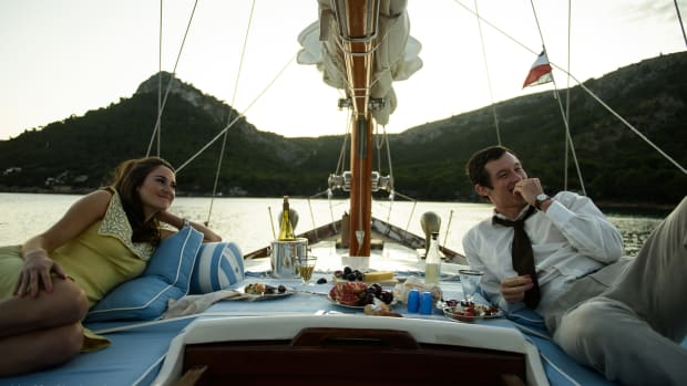 netflix-the-last-letter-from-your-lover-shailene-woodley-yellow-dress-callum-turner (1)