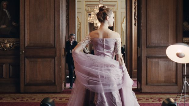 main-phantom-thread-daniel-day-lewis-vicky-krieps-purple-dress