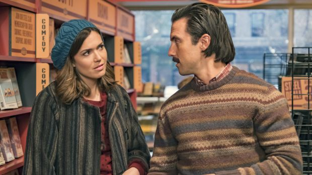 main-this-is-us-mandy-moore-knit-beret-milo-ventimiglia-sweater