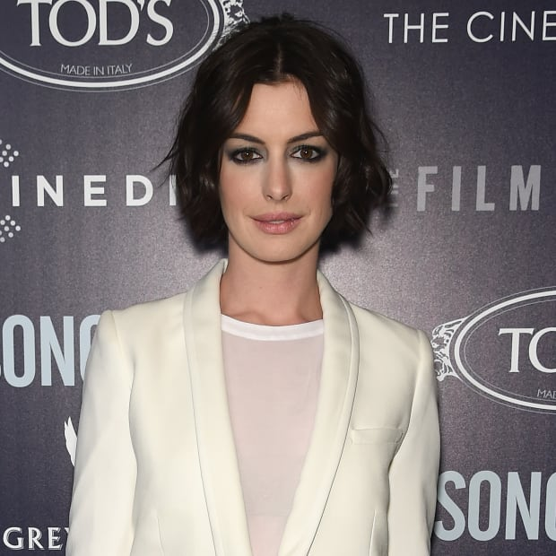 Anne Hathaway S Hair Is Growing In Nicely Fashionista
