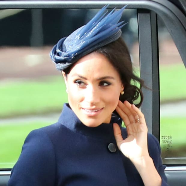 meghan-markle-princess-eugenie-royal-wedding-dress-outfit-th