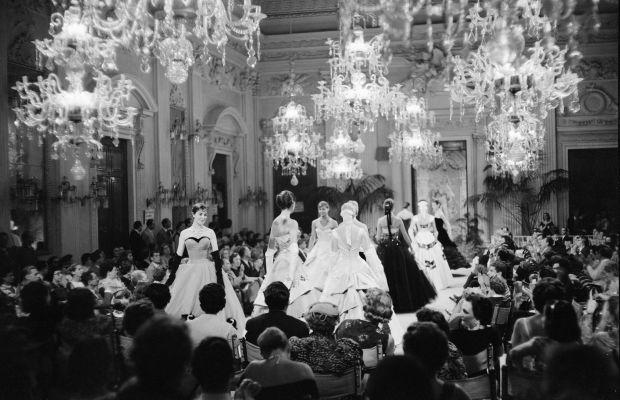 Sfilata (fashion show) in Sala Bianca, 1955. Archivio Giorgini. Photo by G. M. Fadigati. © Giorgini Archive, Florence