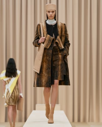 Burberry Autumn_Winter 2021 Womenswear Collection - Look 3 - Eugenia_001