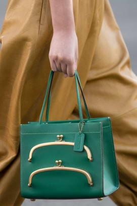 new-york-fashion-week-street-style-spring-2022-best-bags-2