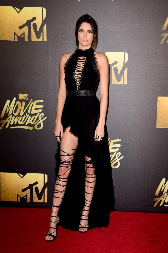Models Had a Difficult Time With Their Footwear at the MTV Movie Awards