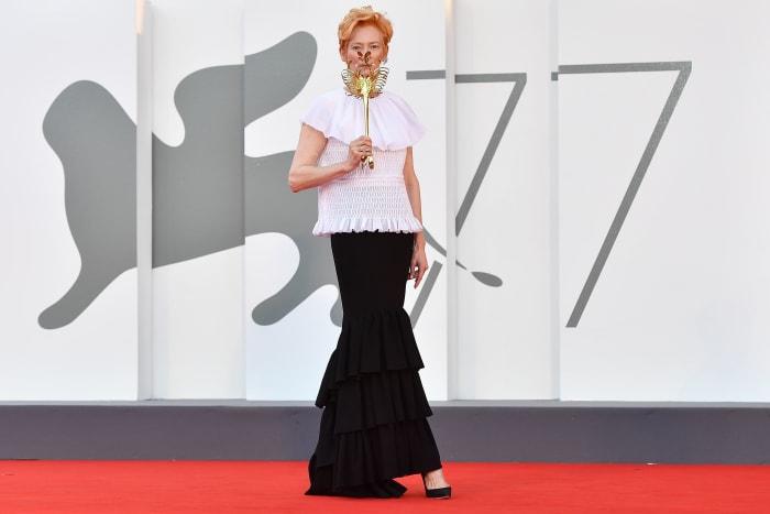 """Tilda Swinton em Chanel na Cerimônia de Abertura e no """"Cadarços"""" tapete vermelho durante o 77º Festival de Cinema de Veneza."""