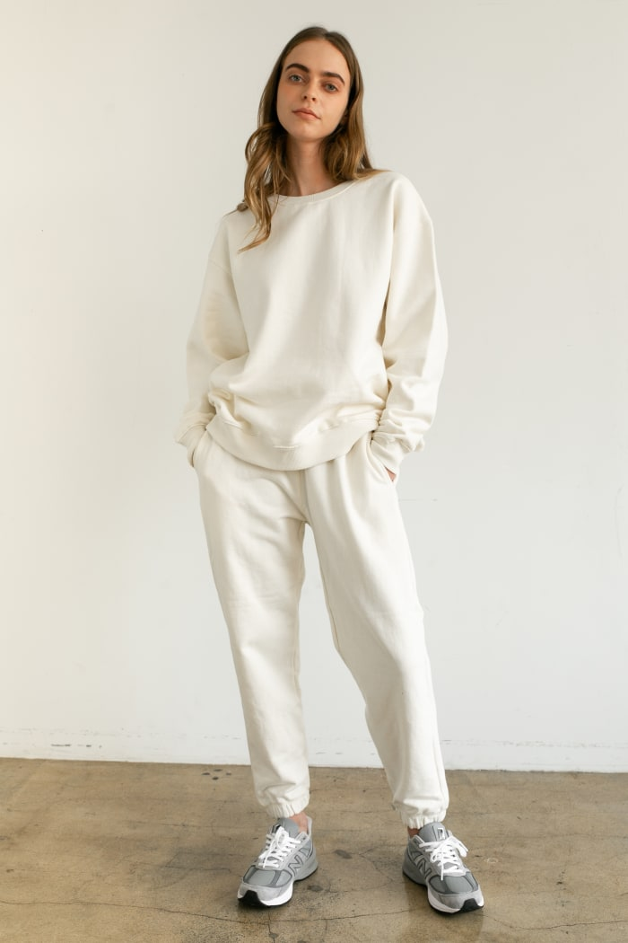 Moletom do namorado da Almina Concept, $ 98, e calças de moletom de cintura alta, $ 78, disponíveis como parte de sua coleção outono de 2020.