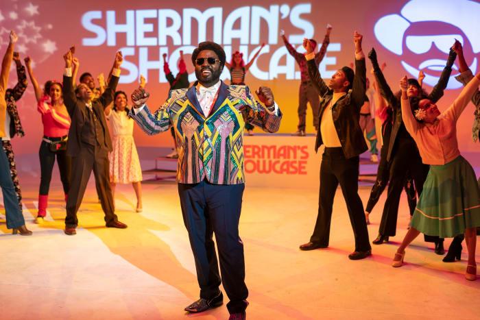 Sherman McDaniels (Bashir Salahuddin), apoiado pelos Showcase Dancers.