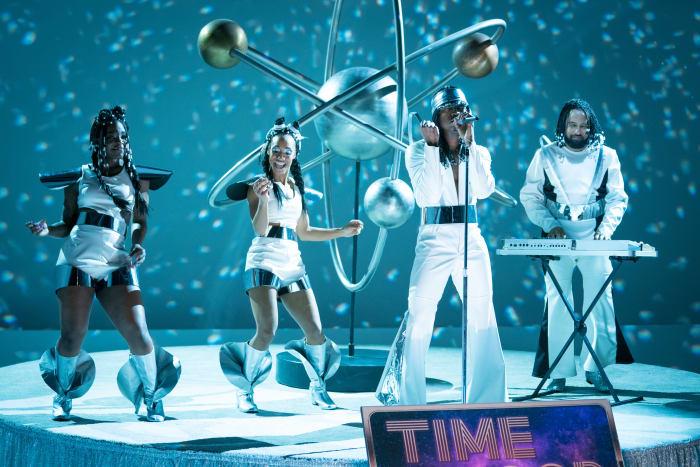 Ne-Yo (centro) e Riddle (direita) executam 'Time Loop' como Galaxia na primeira temporada, episódio dois. Wald-Cohain até construiu capacetes em forma de bolha, mas, apesar dos orifícios de respiração, o plástico transparente embaçou quando começaram a cantar.