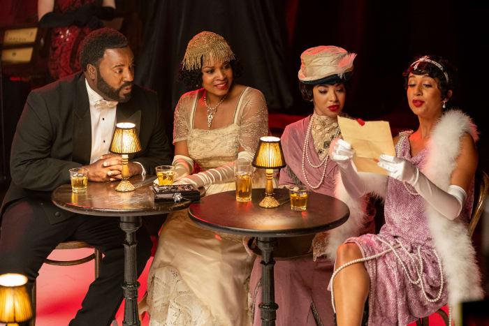 Bashir Salahuddin como Paul Robeson / Conde Basie, Day'Nah Cooper como Condessa-viúva de Basie, Aleksei Archer como Adelaide Hall, Nefetari Spencer como Zora Neale Hurston no 'Downtown Addy's'.