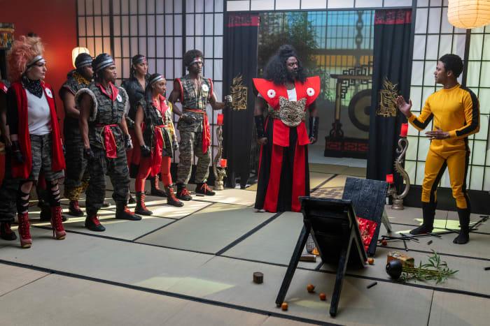 Salahuddin como Sho'nuff enfrentando Tommy Hobson como Bruce Leroy (centro e direita).