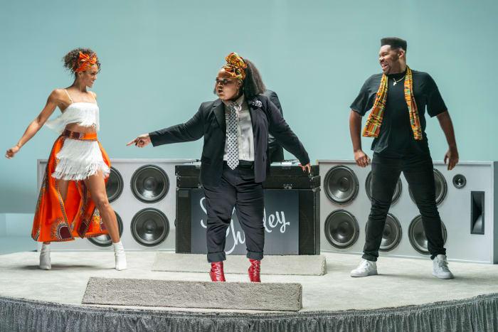 Zuri Salahuddin, apoiado por Showcase Dancers, canta 'Add Some Kente'.