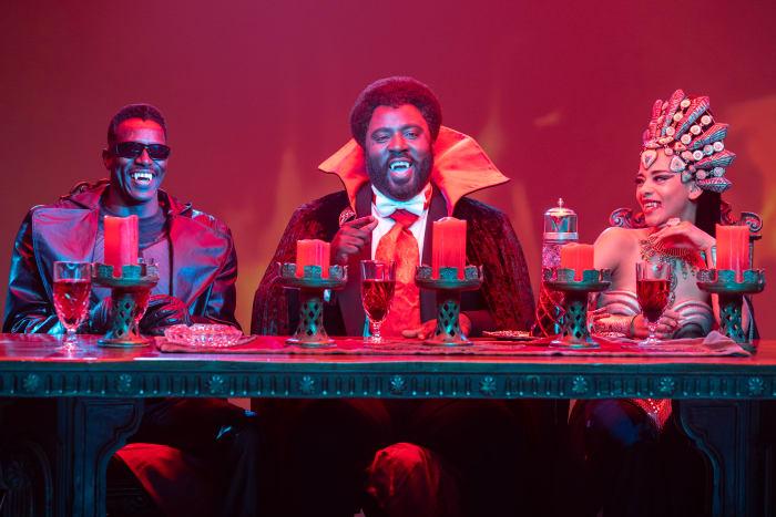 A Mesa Redonda dos Vampiros, da esquerda para a direita, Blade, Príncipe Mamuwalde e Rainha Akasha.