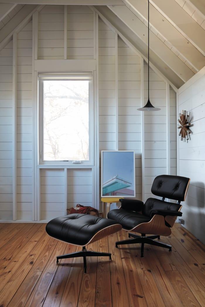 A Eames Lounge Chair, mostrada aqui com uma moldura de nogueira, que é vendida no Design Within Reach.