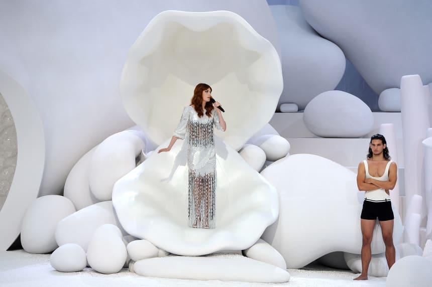 Florence Welch se apresentando no show da primavera de 2012 da Chanel.