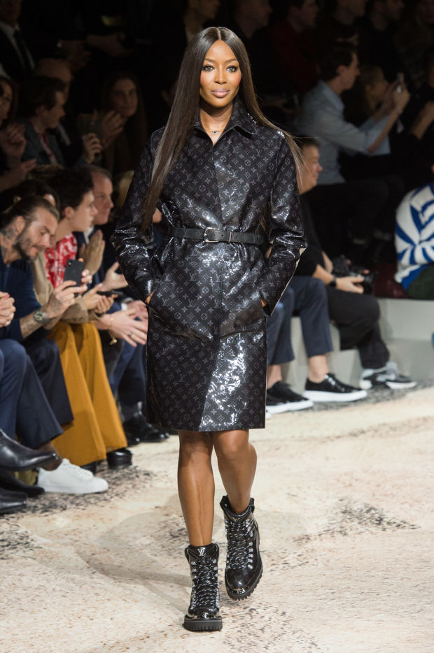 kim jones takes a bow at his final louis vuitton runway show with naomi campbell and kate moss. Black Bedroom Furniture Sets. Home Design Ideas