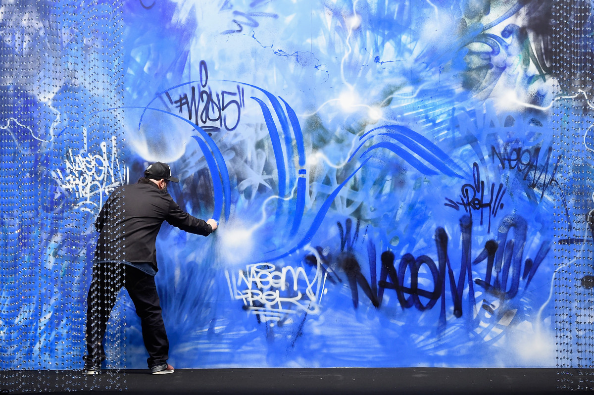 Trek6 live painting at the start of the show. Photo: Frazer Harrison/Getty Images for Mercedes-Benz Fashion Week