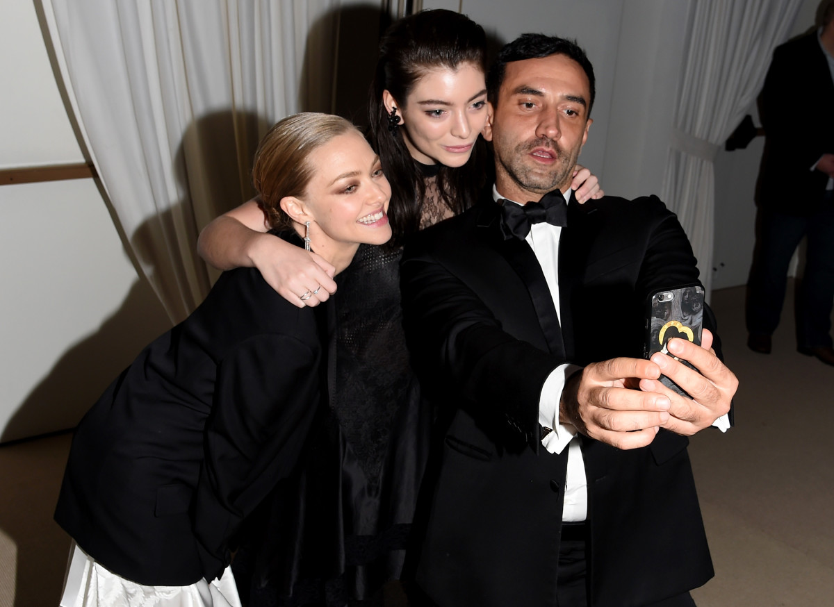 Amanda Seyfried, Lorde and Riccardo Tisci taking a selfie at the CFDA/Vogue Fashion Fund dinner. Photo: Nicholas Hunt/Getty Images
