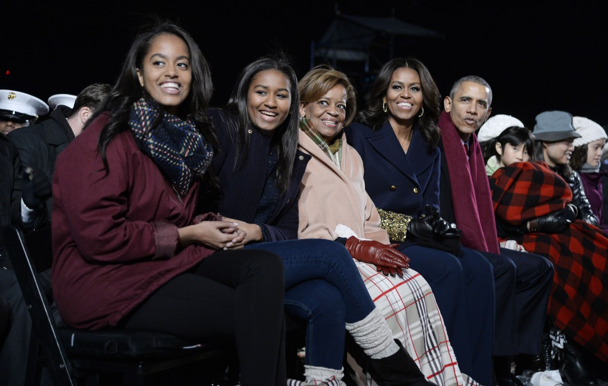 Malia Obama, Sasha Obama, mother-in-law Marian Robinson, first lady Michelle Obama and President Barack Obama at the 2016 Christmas tree lighting. Photo: Olivier Douliery- Pool/Getty Images