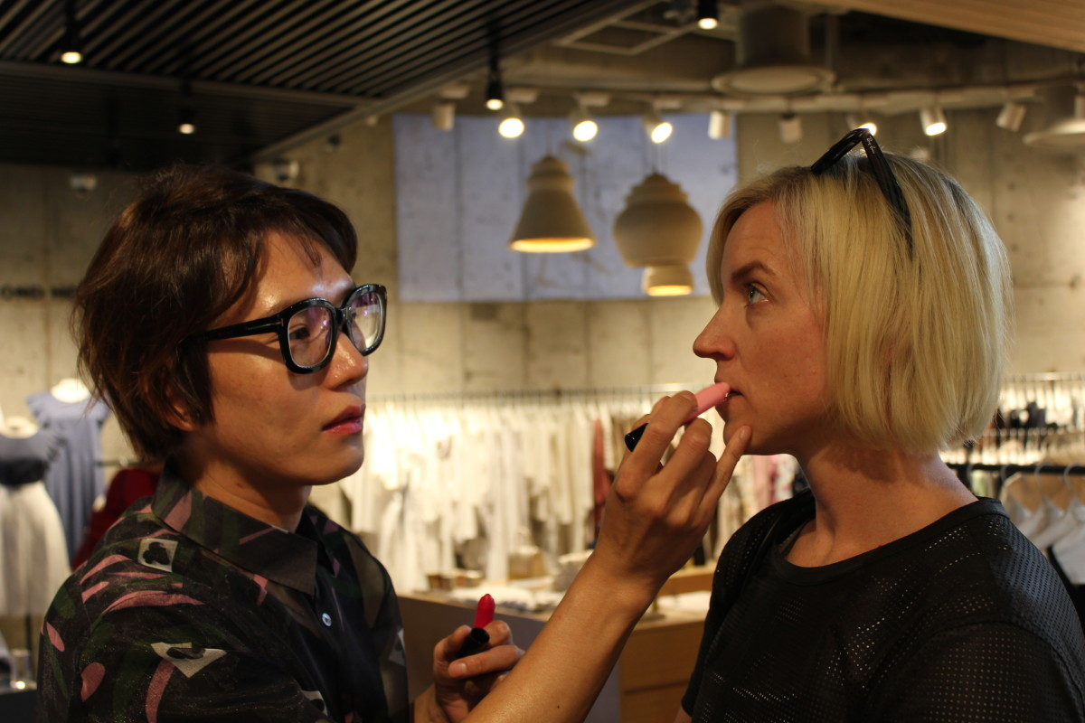 Celeb makeup artist Mr. Son giving me a lip. Photo: Cheryl Wischhover/Fashionista