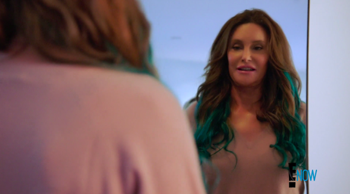 Jenner tries on Kylie's turquoise hair extensions. Screengrab: E!