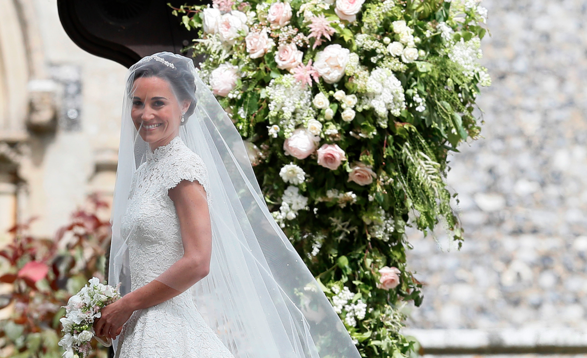 Pippa middleton got married in a couture giles deacon for Giles deacon wedding dresses