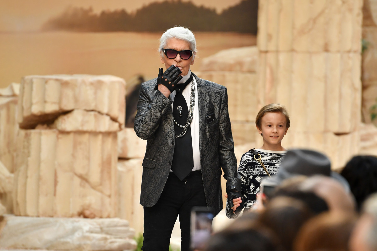 Karl Lagerfeld and nephew Hudson Kroenig during the finale of Chanel's Cruise 2018 show at the Grand Palais in Paris. Photo: Pascal Le Segretain/Getty Images
