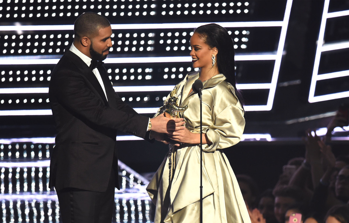 Drake presents Rihanna with the the Video Vanguard Award. Photo: Michael Loccisano/Getty Images