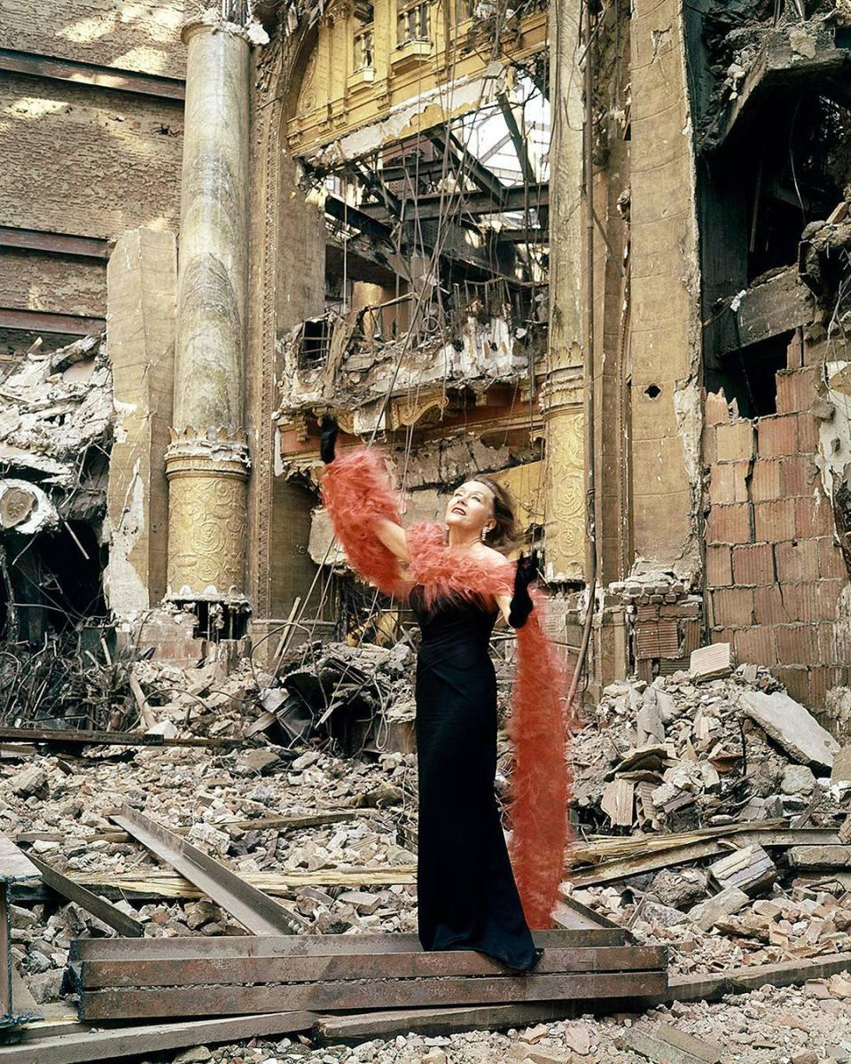 American actress Gloria Swanson in 1960 standing amidst the ruins of the Roxy theater in New York, wearing $170,000 in jewels. Photo: Eliot Elisofon, via@life/Instagram