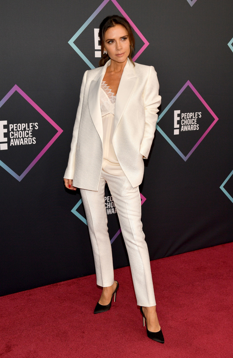 Victoria Beckham em um terno personalizado de Victoria Beckham no 2018 People's Choice Awards.  Foto: Matt Winkelmeyer / Getty Images