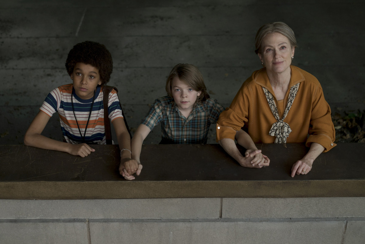 Jamie (Jaden Michael), Ben (Oakes Fegley) and Julianne Moore. Photo credit: Mary Cybulski/ Amazon Studios and Roadside Attractions