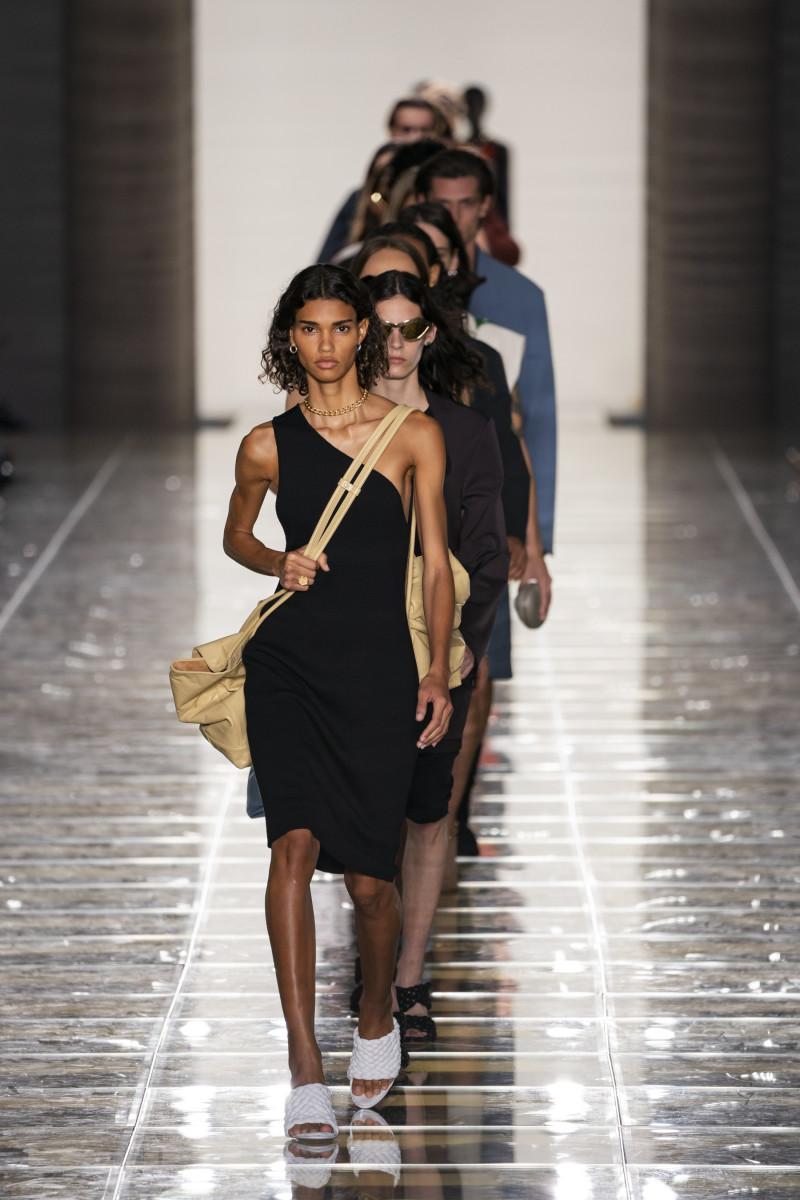 Un look de la collection Bottega Veneta printemps 2020. Photo: Imaxtree