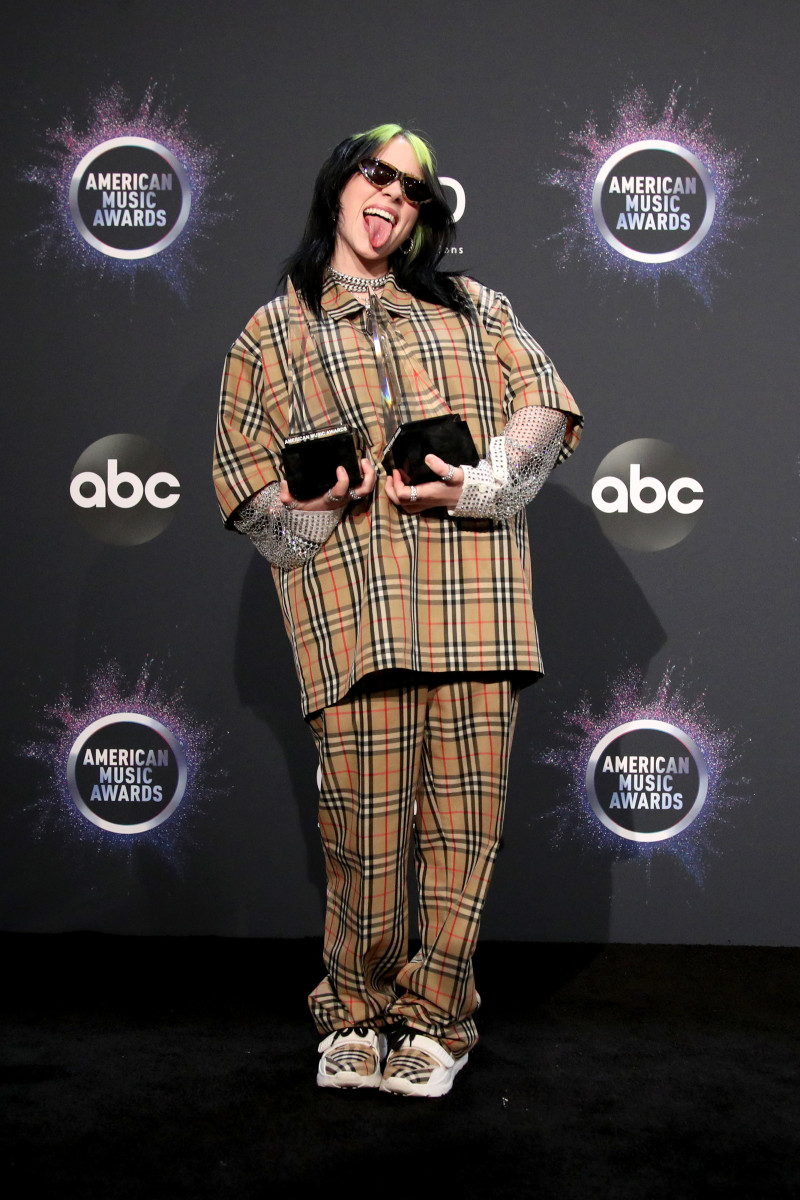 billie eilish wearing burberry at the 2019 american music awards