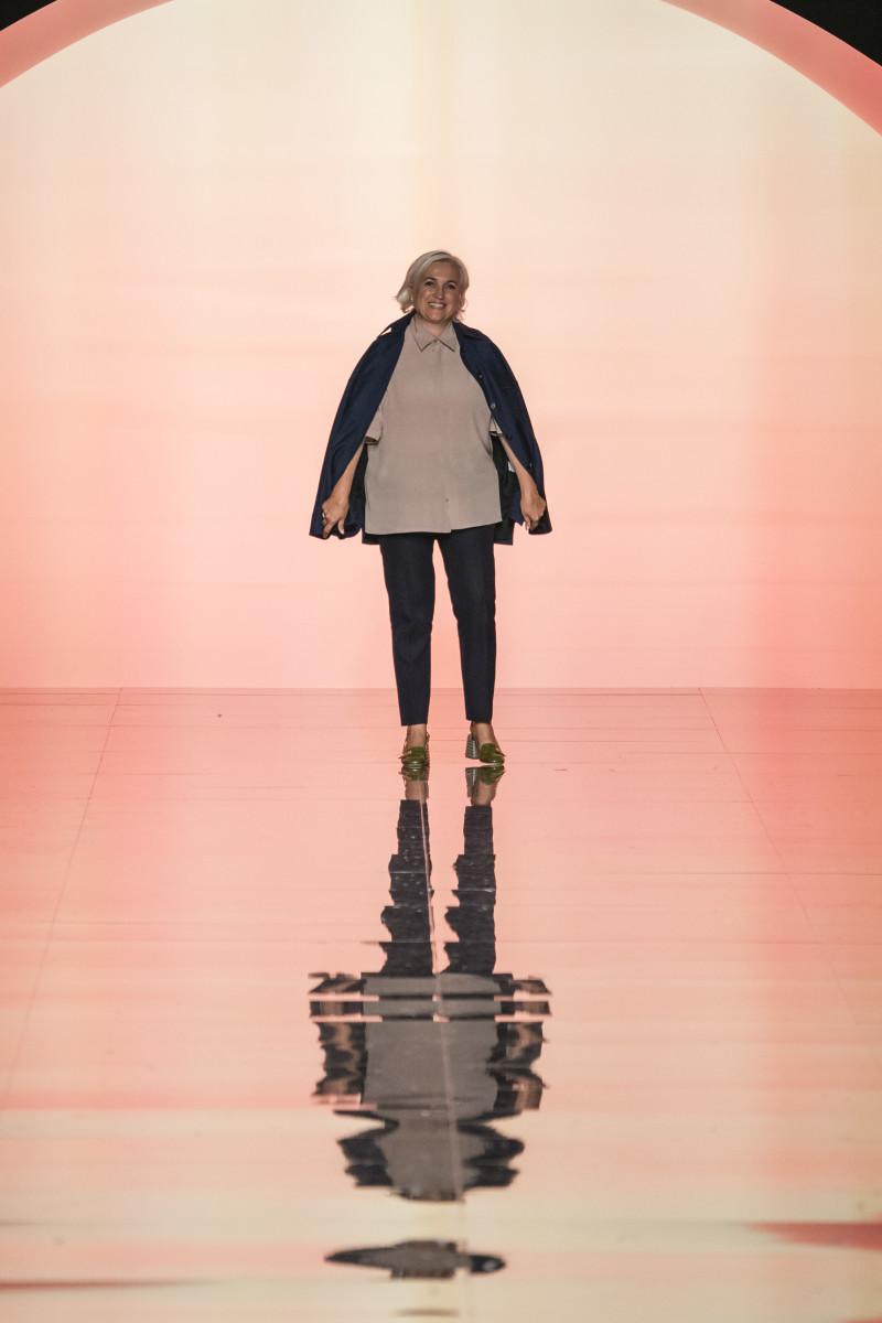 Venturini Fendi faz uma reverência após o desfile da primavera de 2020 da Fendi durante a Milan Fashion Week.