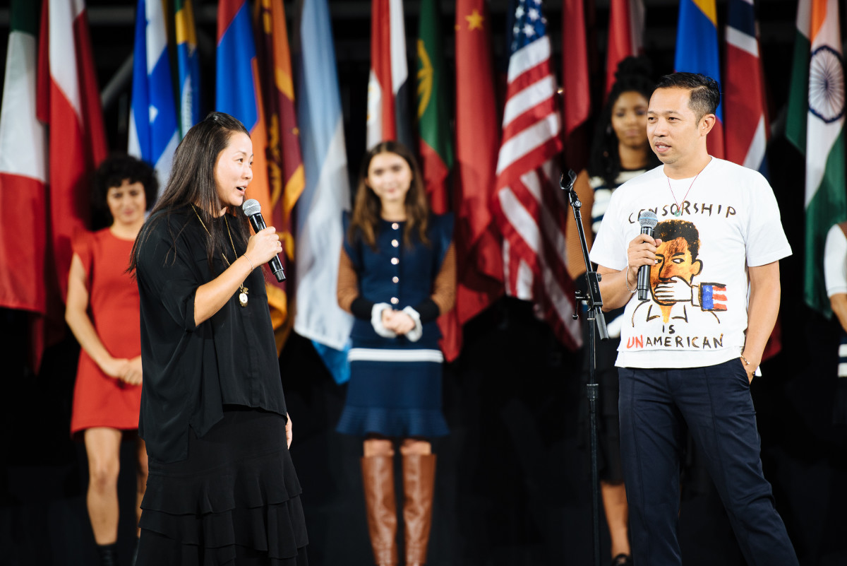 Carol Lim e Humberto Leon no desfile da primavera de 2017, com tema de cerimônia de abertura, durante a Semana de Moda de Nova York.