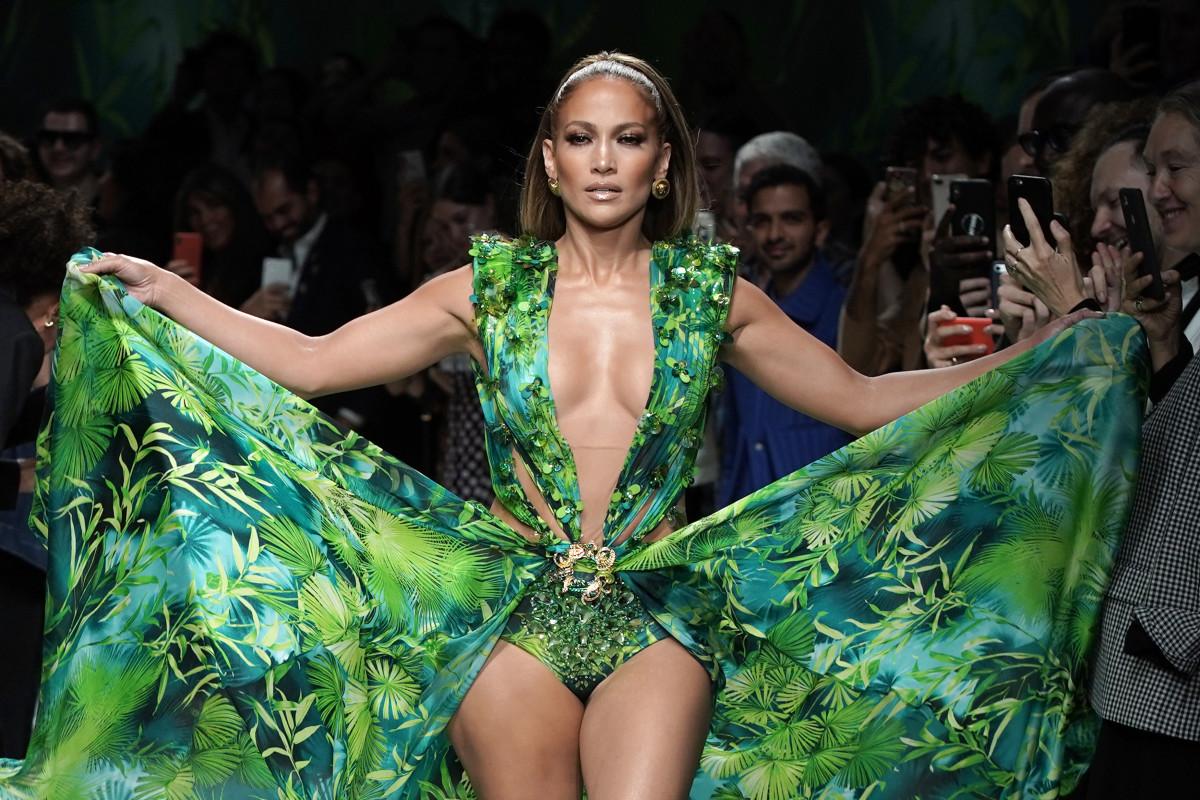 Jennifer Lopez em represália ao icônico vestido Versace no desfile da primavera de 2020 da marca.
