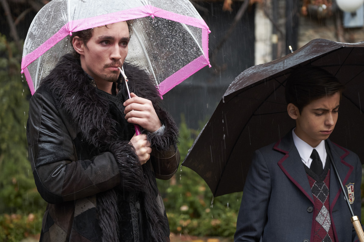 Klaus (Robert Sheehan) and Number Five (Aiden Gallagher). Photo: Christos Kalohoridis/Netflix