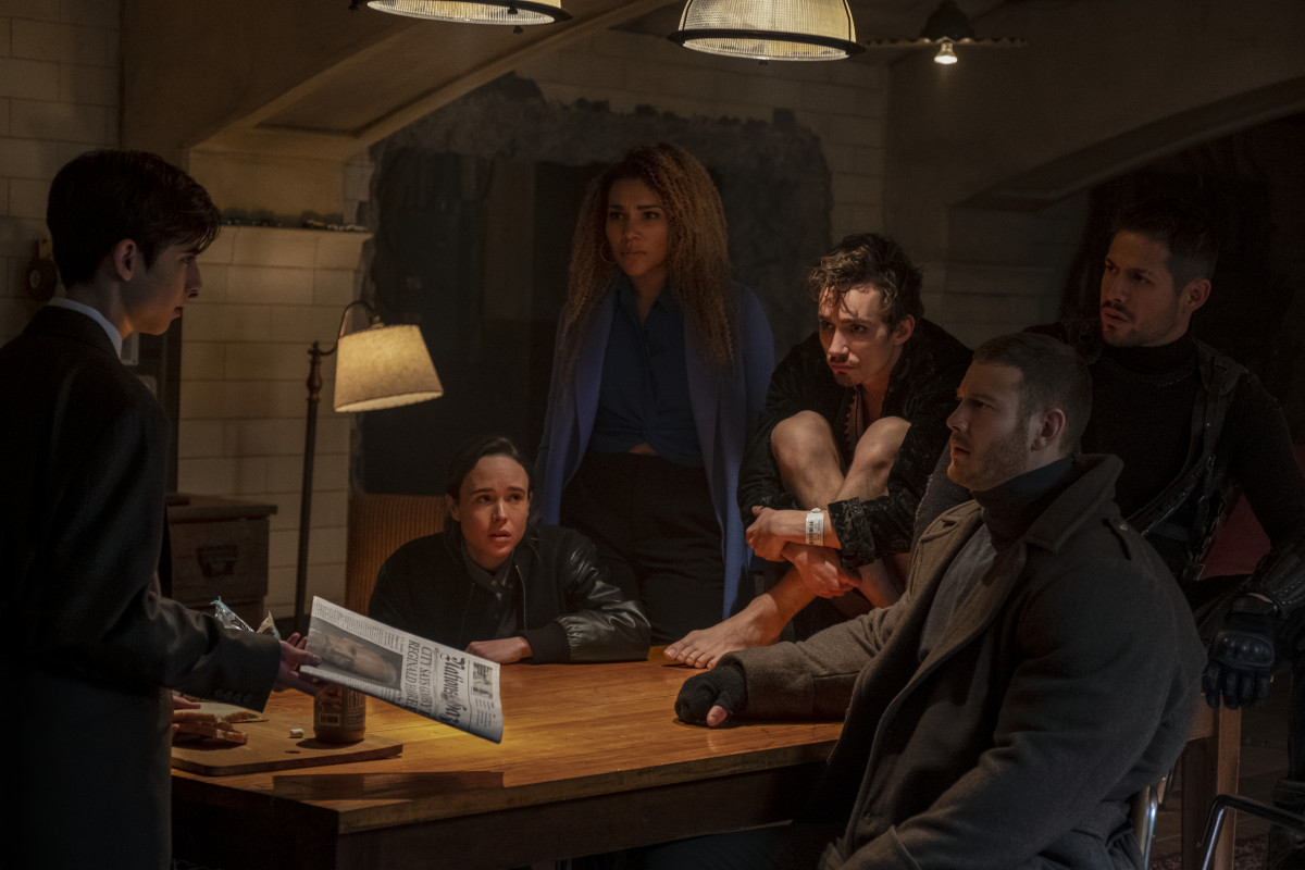 (L-R) Number Five (Aidan Gallagher), Vanya (Ellen Page), Allison (Emmy Raver-Lampman), Klaus (Robert Sheehan), Luther (Tom Hopper) and Diego (David Castañeda). Photo: Christos Kalohoridis/Netflix